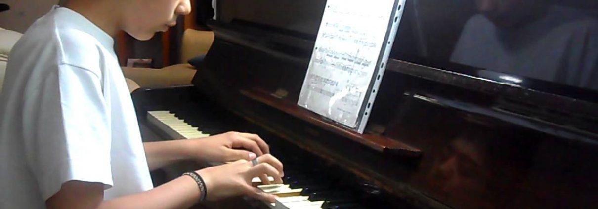Aprendiendo a tocar piano leyendo la partitura